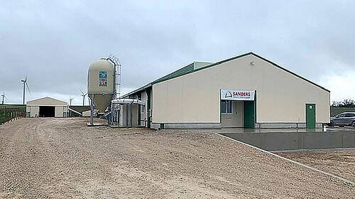 Vista esterna del capannone per la produzione di uova biologiche