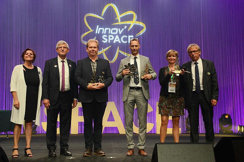 Cerimonia di premiazione: i tre vincitori e gli ufficiali SPACE