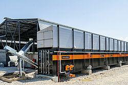 Lungo container con due coclee trasportatrici sulla sinistra